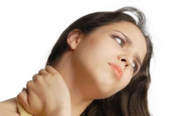 Иногда взрослые жалуются на резкие боли в шее (www.etospina.ru)